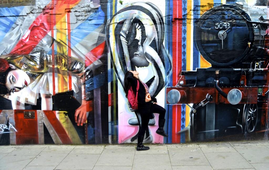 kissing street art in London
